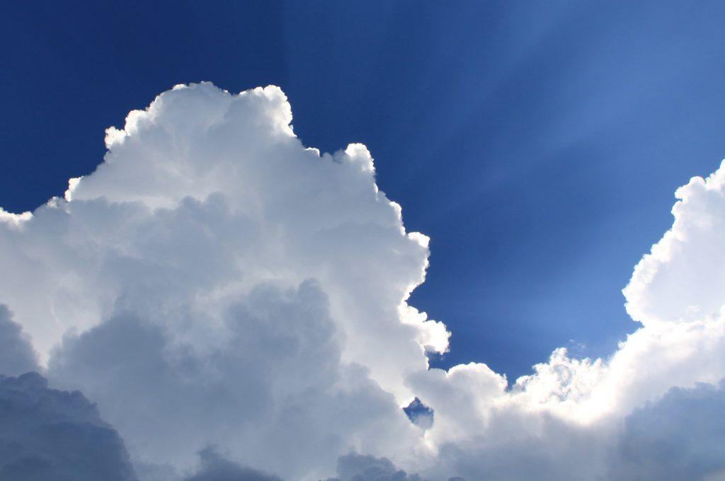 Wolken am Himmel mit Sonnenstrahlen
